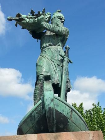 """Nibelungenmuseum: Denkmal """"Hagen versenkt den Nibelungenschatz"""" am Rhein"""
