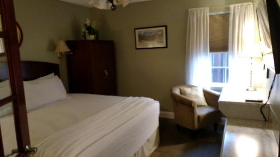 The Acorn Inn of Elon: Beautiful Inn & modern room!