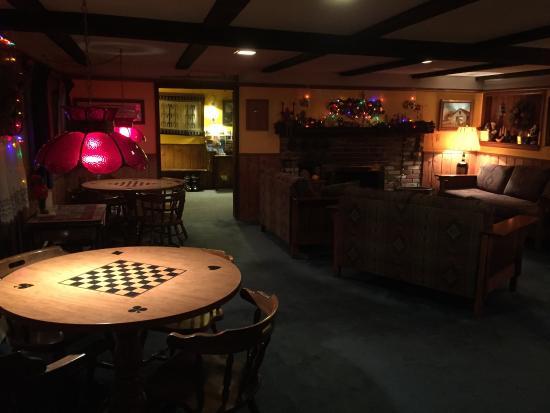 Arapahoe Ski Lodge: Main family room - plenty of game tables and sitting area