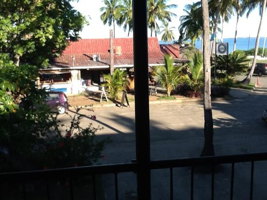 Travellers Beach Resort: Looking out to front office and beach area