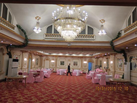 Modern Hotel: Dinning room lower level of hotel