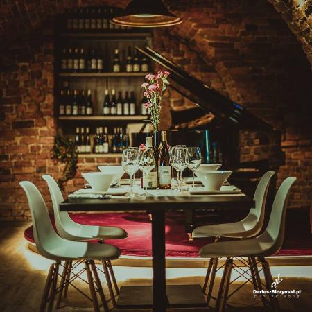 Winiarnia Bachus- stół