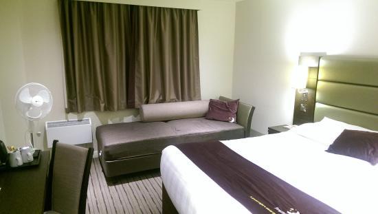 Premier Inn London Romford Central Hotel: Room
