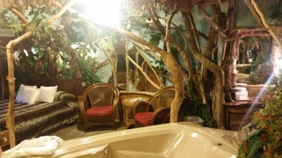 Feather Nest Inn: table/chairs