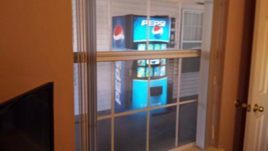 Hollister, MO: vending right outside bedroom window