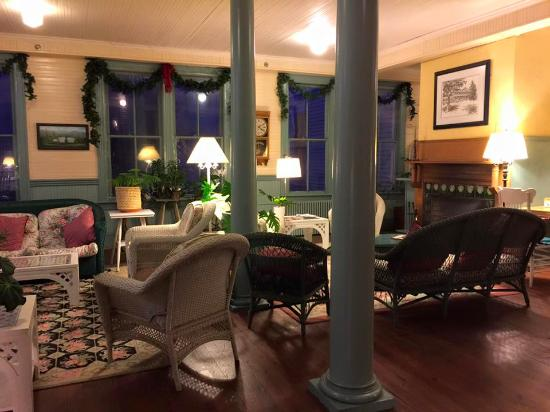 Balsam Mountain Inn & Restaurant: The gathering room and area adjacent to the inn's front desk.
