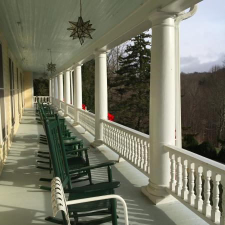 Balsam, Carolina del Norte: The upper veranda, both upper and lower have plenty of rockers and a wonderful view.