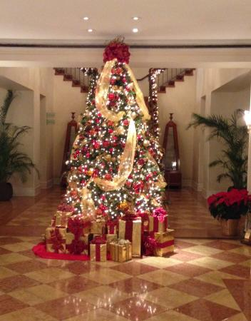 NH New York Jolly Madison Towers: Christmas tree in the lobby.