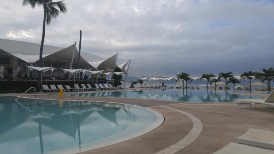 Hilton Puerto Vallarta Resort: Poolside looking toward the SeaFire