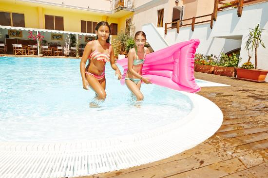 Residence Cristal Blu : giochi in piscina