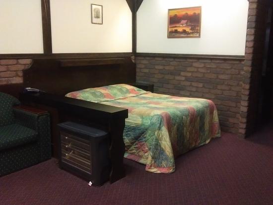 Olde Tudor Hotel Launceston: Bed & old bar heater