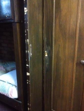 Olde Tudor Hotel Launceston: Chipped doors