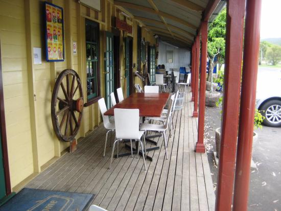 Laidley, Australia: Front Verandah view of the Mulgowrie Hotel Qld.