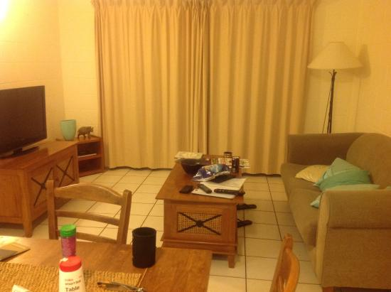 Clifton Sands Holiday Apartments: Lounge area with smelly curtains