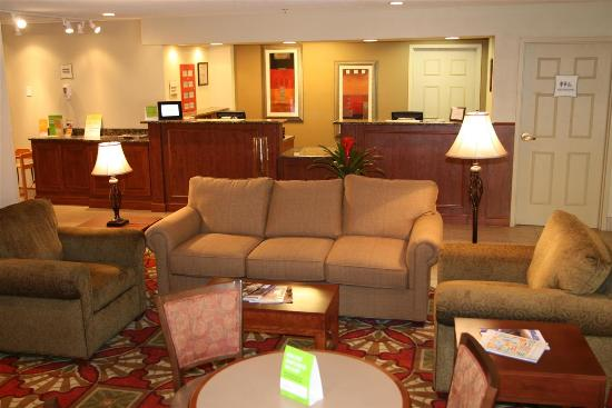 La Quinta Inn & Suites Cleveland Airport West: Lobby view
