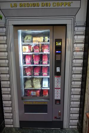 La Casa del Caffe Tazza d Oro: 가게 앞 자판기