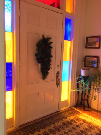 Blackinton Manor Bed & Breakfast: colorful foyer