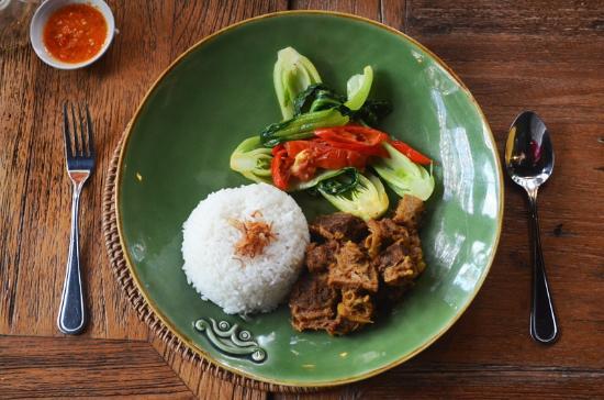Bali Zoo: nasi putih anget with beef rendang