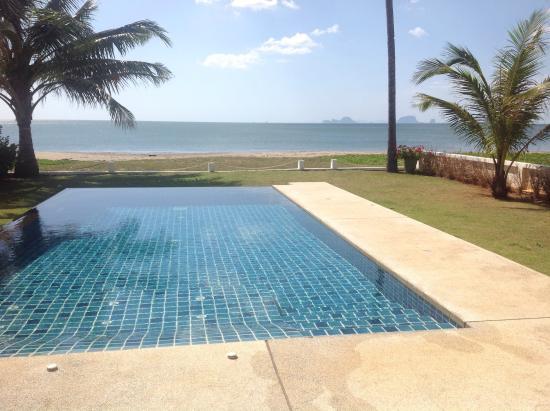 Nuea Khlong, Ταϊλάνδη: Pool not to beach