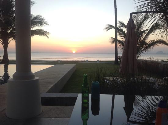 Nuea Khlong, Tailandia: Sunset at Driftwood Villa near Krabi