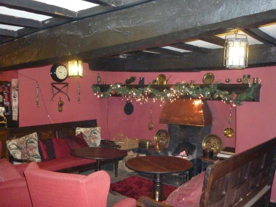 Llanarmon DC, UK: Lovely inglenook fireplace just off reception