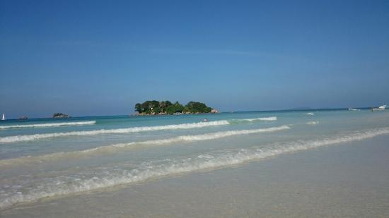 Anse Volbert: View from the beach towards the clear blue sea