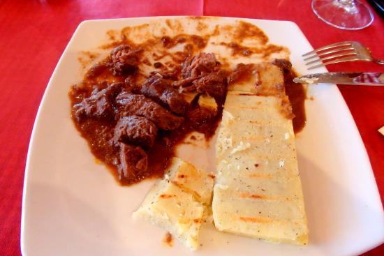 Bezzecca, Italien: Spezzatino e polenta di patate grigliata