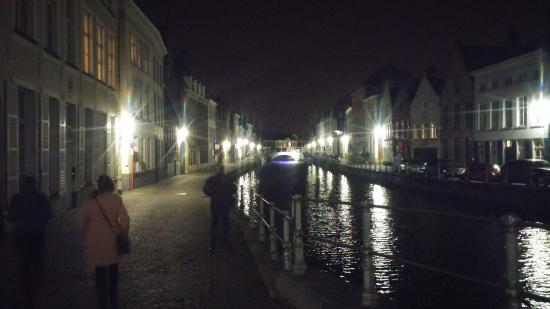 Bruges By Night Bed & Breakfast: nearby canal by night