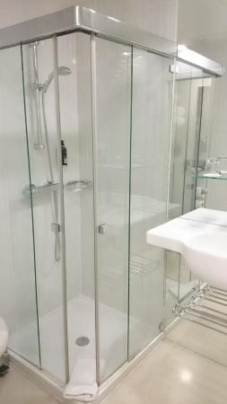 Design Metropol Hotel Prague: Baño (ducha, lavamanos, wc, jabón, body milk y secador)