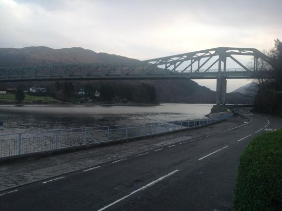 Ballachulish Hotel: View of the imposing bridge from the front of the hotel