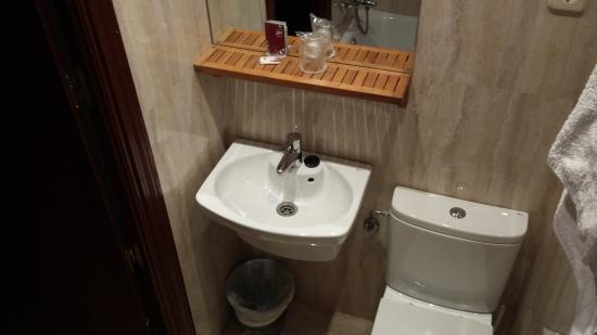 Hostal Avenida: Baño justo de tamaño pero bien de calidad.