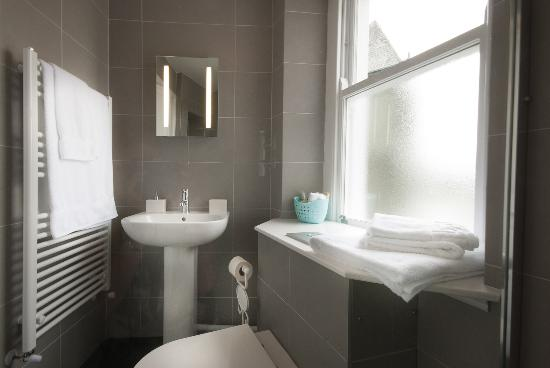 Honister House: En-suite in king room