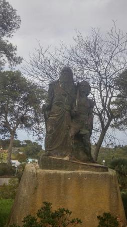 Beit Oren Hotel: statue outside