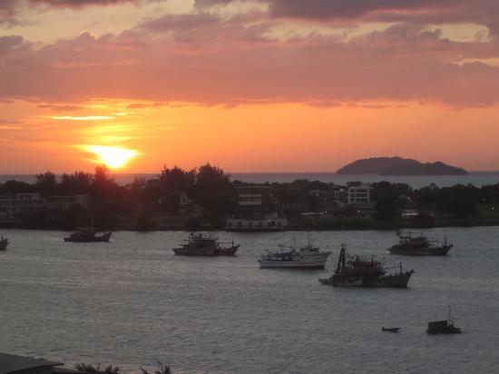 Le Meridien Kota Kinabalu : Sunset view over the ocean
