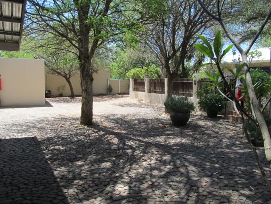 Londiningi Guesthouse: Courtyard and parking area.