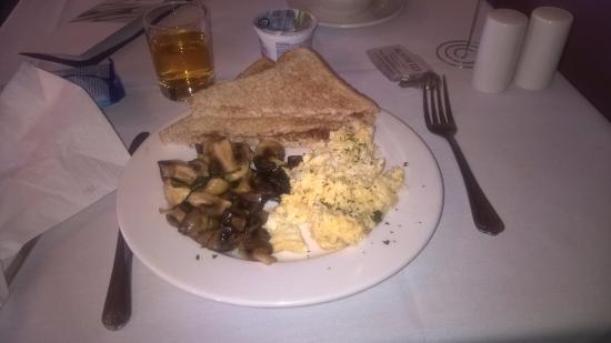 Burslem, UK: Colazione con pane tostato, uova strapazzate e funghi
