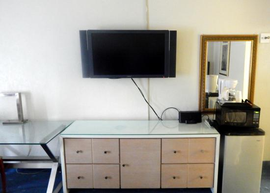 Floridian Hotel : bureau, TV across from bed