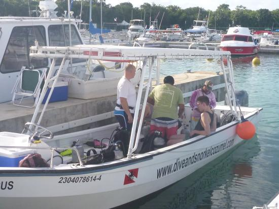El Pulpo Divers: Alberto going over the dive equipment& safety
