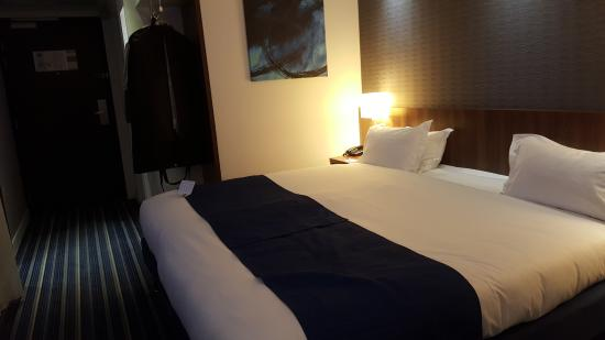 Lit king size photo de holiday inn express montpellier for Lit king size but