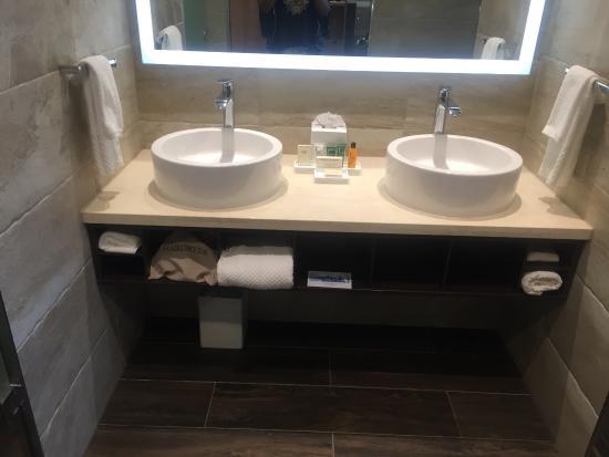 Resorts World Bimini: Vanity area