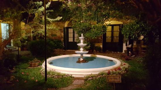 Posada Plaza Mayor: La fontana e le porte finestre delle nostre camere