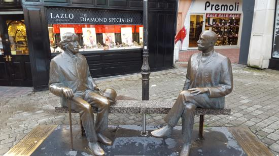 Imperial Hotel Galway: Statue of Oscar Wilde and Eduard Vilde
