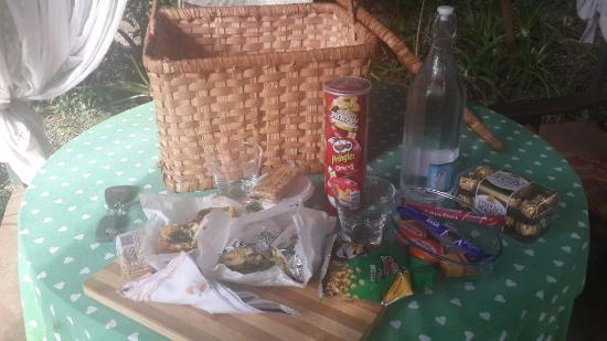 Hands On Retreat Craighall: Picnic basket for two