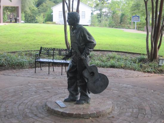 Elvis Presley Birthplace & Museum: Sculpture