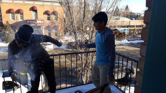 The Leland House Bed & Breakfast Suites Durango: Snow fight on the balcony of the Pittman Suite.