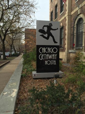Chicago Getaway Hostel: Sign outside