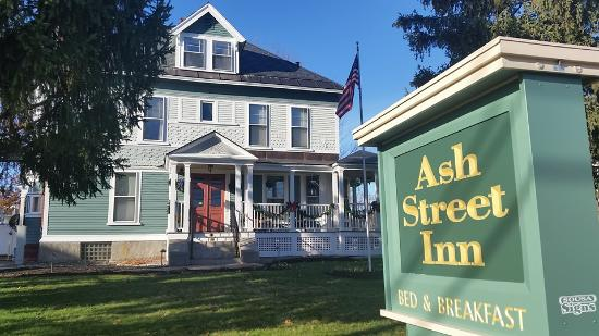 Ash Street Inn: Exterior of the Inn from Ash Street
