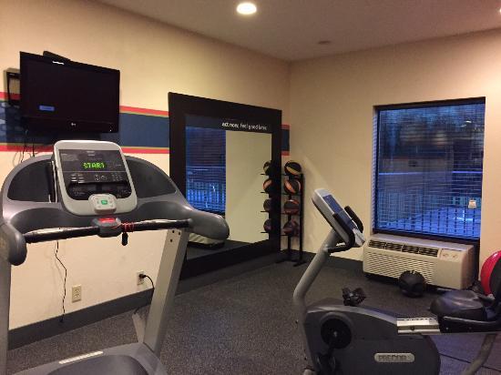 Hampton Inn Madison : Workout Room has 1 treadmill,1 bike, 1 ball - TV not working