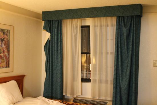 curtains broken and falling: fotografía de La Casa Inn, Charlotte ...