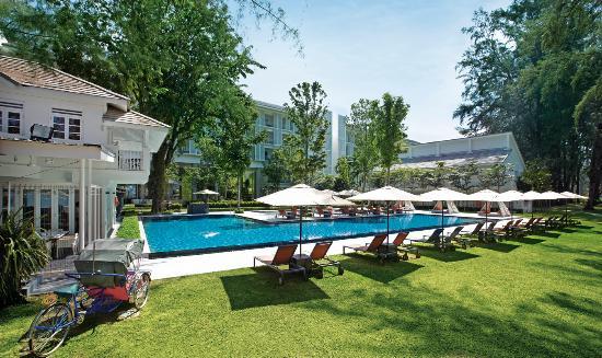 Lone Pine Hotel: Poolside